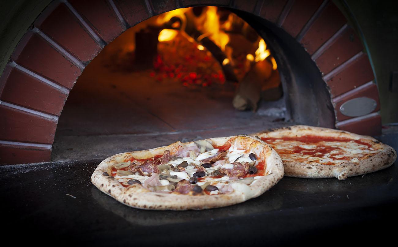 https://www.terrazzapompeiana.it/sites/default/files/revslider/image/forno_a_legna_pizzeria_pompei.jpg